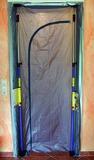 Staubschutztüre mit seitlichem Klettverschluss