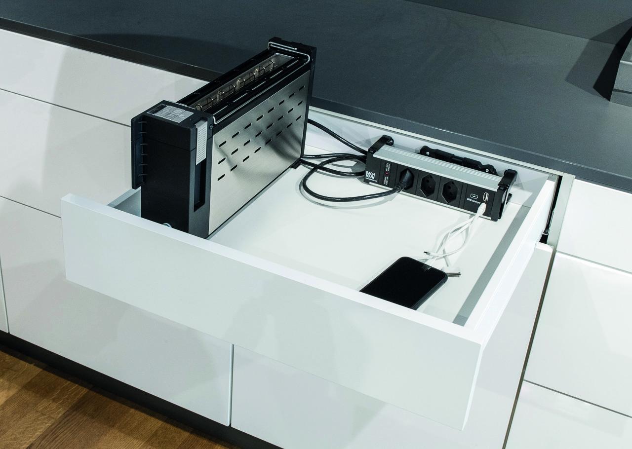Media-Schubkasteneinsatz mit 230 V Steckdosen und USB Anschlüssen